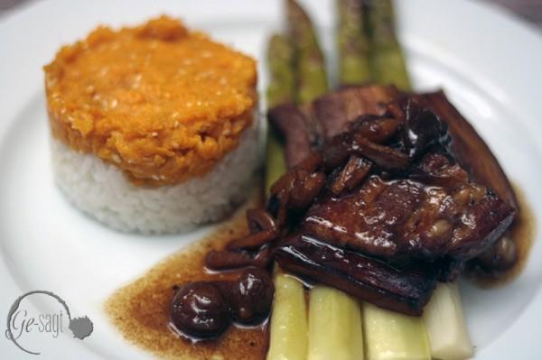 asiatischer Schweinebauch mit grünem Spargel und Reis