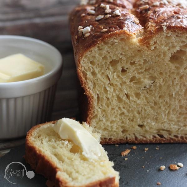 Brioche mit Butter und Ei Detailaufnahme